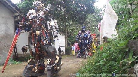 robot-transformer-berjalan-di-perkampungan-tengaran-hebohkan-warga-ini-video-menakjubkan_20170403_174320